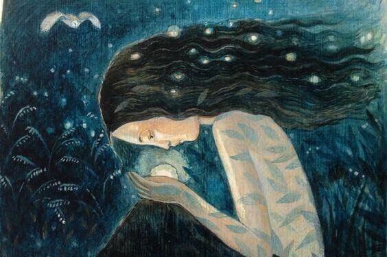 mujer-mirando-una-esfera-en-sus-manos